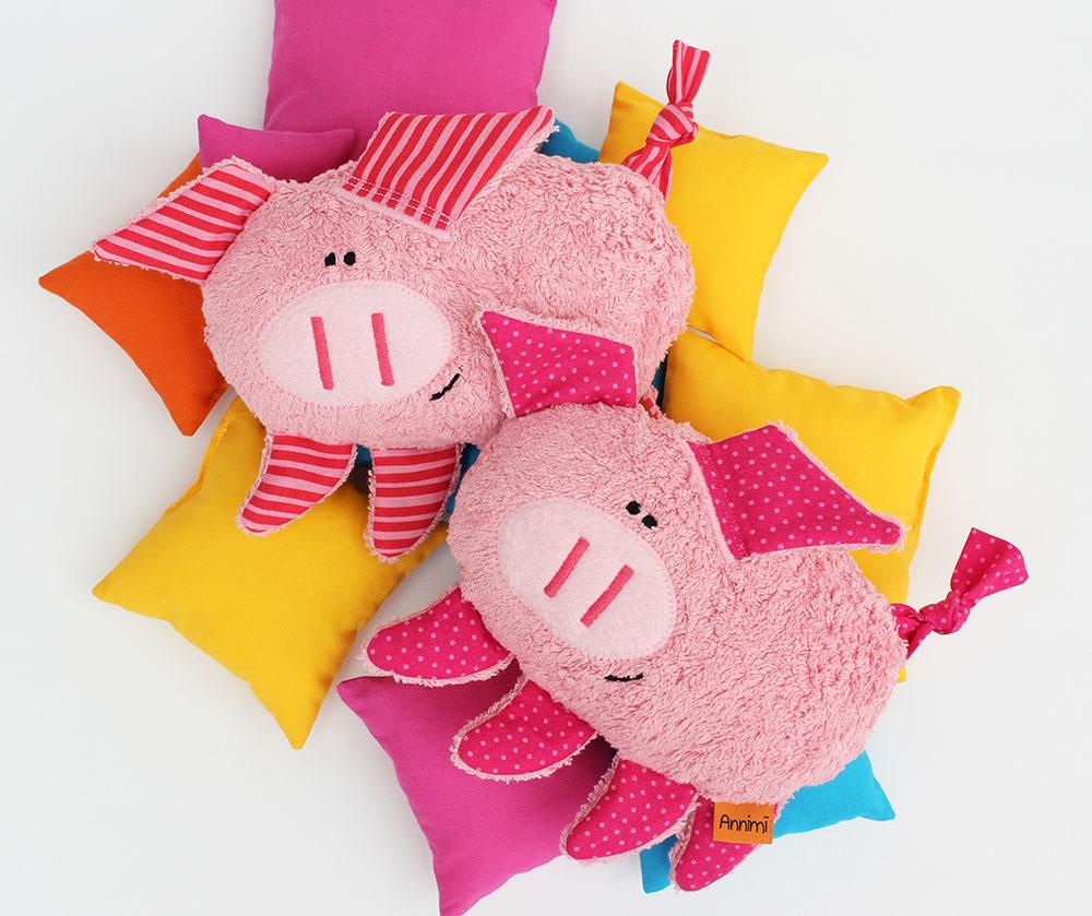 Kuscheltier Anneliese das Schwein auf Kissen