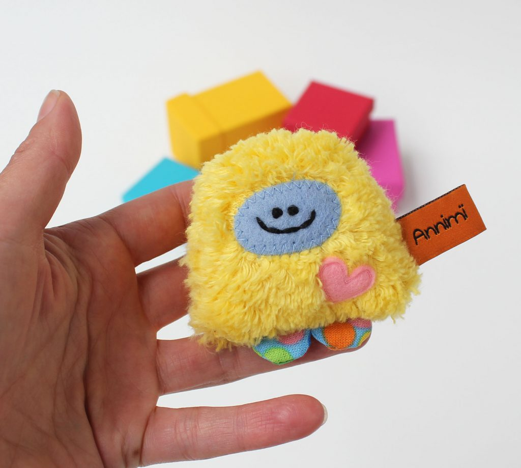 Gelbes Taschenmonster mit Herzchen