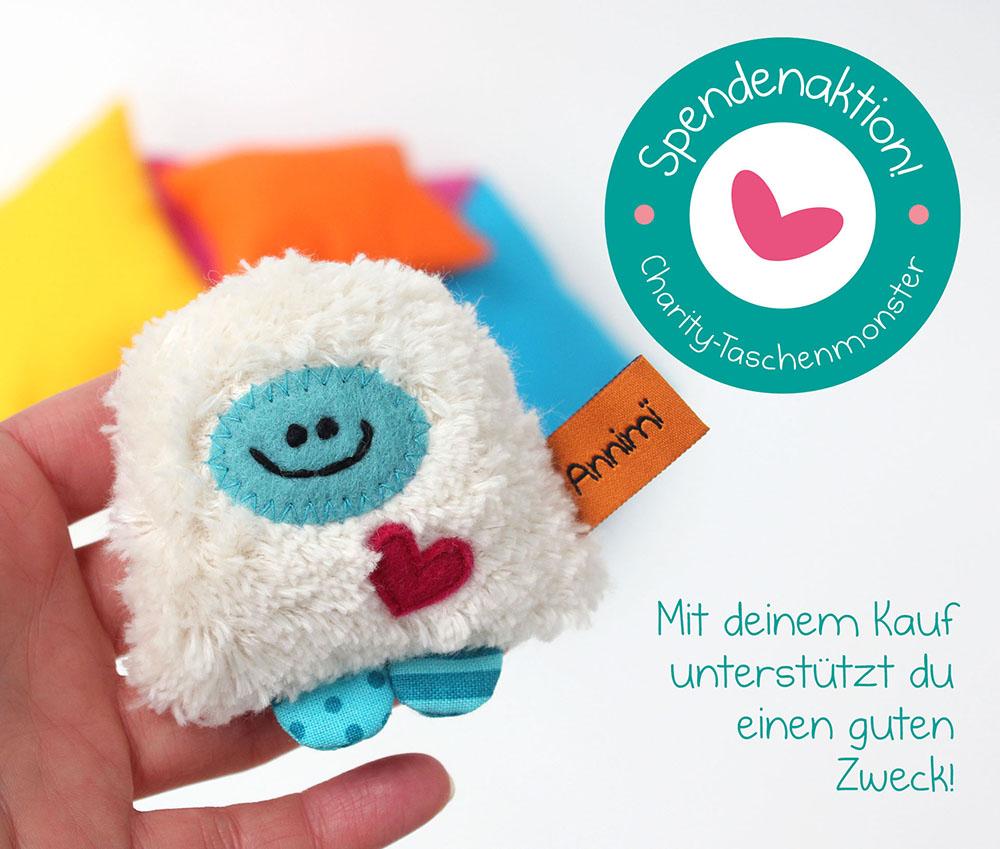 Charity-Taschenmonster in der Hand mit Button Spendenaktion